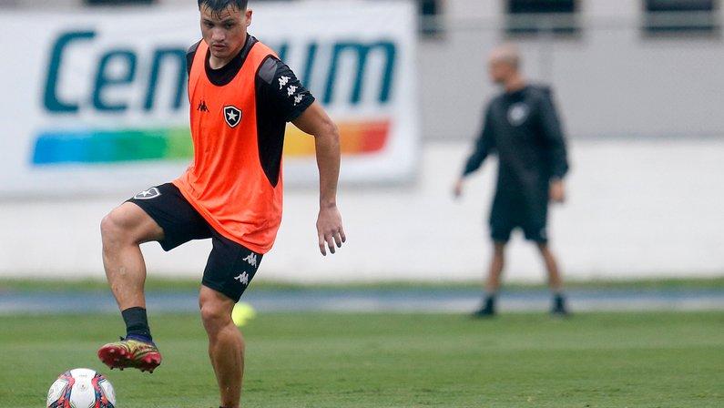 Enderson explica Oyama na direita ao invés de Ronald em Cruzeiro x Botafogo: 'Muito tempo sem jogar'