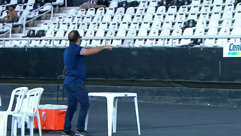 Enderson Moreira discute com torcedores - Botafogo x Avaí